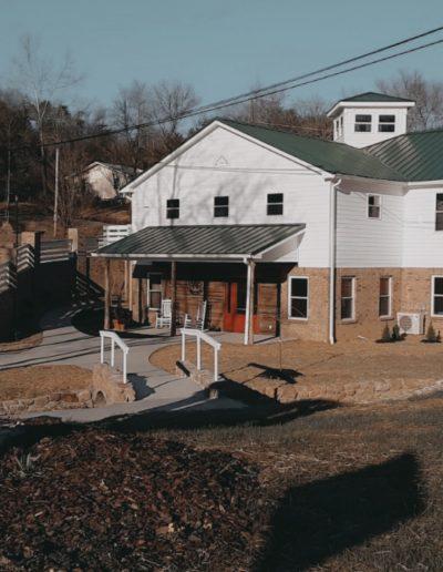 Tennessee wedding venue. White barn wedding venue. Modern barn wedding venue